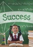 Muchacha feliz del estudiante en la tabla contra la pizarra verde con el texto del éxito y la educación y el icono de la escuela fotos de archivo libres de regalías
