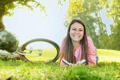 Muchacha feliz del estudiante que se relaja Fotografía de archivo