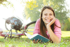 Muchacha feliz del estudiante que se relaja Imagenes de archivo