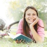 Muchacha feliz del estudiante que se relaja Fotografía de archivo libre de regalías