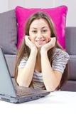 Muchacha feliz del estudiante que usa la computadora portátil Fotos de archivo libres de regalías