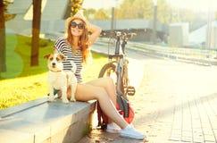 Muchacha feliz del inconformista con su animal doméstico en parque del verano Fotografía de archivo
