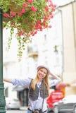 Muchacha feliz del inconformista en la calle de la ciudad Imágenes de archivo libres de regalías