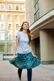 Muchacha feliz del inconformista del pelirrojo que salta en la calle Fotos de archivo