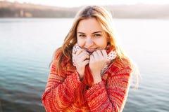Muchacha feliz del inconformista que sonríe en el lago Foto de archivo libre de regalías