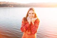 Muchacha feliz del inconformista que sonríe en el lago Fotos de archivo libres de regalías
