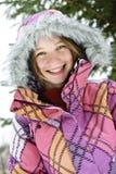 Muchacha feliz del invierno en chaqueta de esquí Foto de archivo libre de regalías