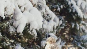 Muchacha feliz del invierno que juega con nieve en parque al aire libre almacen de video