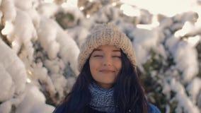 Muchacha feliz del invierno que juega con nieve en parque al aire libre metrajes