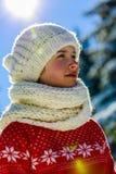 Muchacha feliz del invierno que lleva la bufanda hecha punto del desgaste foto de archivo libre de regalías
