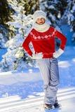 Muchacha feliz del invierno que lleva la bufanda hecha punto del desgaste Fotos de archivo libres de regalías