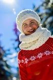 Muchacha feliz del invierno que lleva la bufanda hecha punto del desgaste Imagenes de archivo