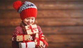 Muchacha feliz del niño con el regalo de Navidad foto de archivo