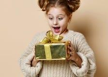 Muchacha feliz del niño con la caja de regalo imágenes de archivo libres de regalías