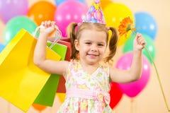 Muchacha feliz del niño con los globos, regalos en cumpleaños Fotos de archivo libres de regalías