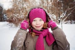 Muchacha feliz del niño en el día de invierno al aire libre Imágenes de archivo libres de regalías