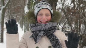 Muchacha feliz del niño en invierno metrajes
