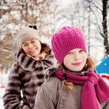 Muchacha feliz del niño en sombrero del invierno al aire libre Imagen de archivo