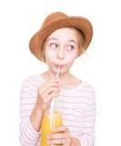Muchacha feliz del niño en un sombrero con una botella de bebida del zumo de fruta Imagenes de archivo