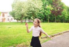 Muchacha feliz del niño que corre en prado en día de verano Imagen de archivo libre de regalías