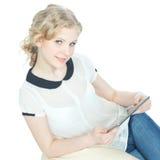 Muchacha feliz del teenege con el ordenador de la PC de la tablilla Foto de archivo libre de regalías