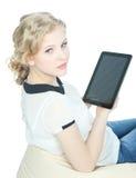Muchacha feliz del teenege con el ordenador de la PC de la tablilla Imagenes de archivo