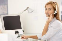 Muchacha feliz del trabajador del centro de atención telefónica con el receptor de cabeza Imagen de archivo libre de regalías