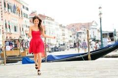 Muchacha feliz del verano que corre en el vestido, Venecia, Italia Foto de archivo libre de regalías