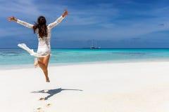 Muchacha feliz del viajero en el vestido blanco del verano en los Maldivas fotografía de archivo