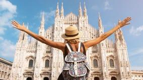 Muchacha feliz del viajero en la ciudad de Milán Mujer turística que presenta cerca de catedral del Duomo en Milán, Italia, Eu foto de archivo