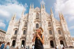 Muchacha feliz del viajero en la ciudad de Mil?n Mujer tur?stica que presenta cerca de catedral del Duomo en Mil?n, Italia, Europ fotos de archivo libres de regalías