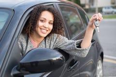 Muchacha feliz después de comprar un nuevo coche imagen de archivo