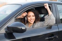 Muchacha feliz después de comprar un nuevo coche foto de archivo libre de regalías