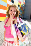 Muchacha feliz después de hacer compras Imagen de archivo