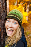 Muchacha feliz en Autum Forest Hugging Tree imágenes de archivo libres de regalías