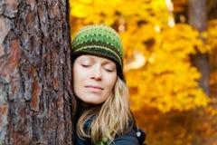 Muchacha feliz en Autum Forest Hugging Tree imagen de archivo
