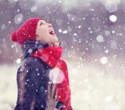Muchacha feliz en bosque del invierno Fotos de archivo libres de regalías