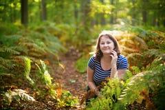 Muchacha feliz en bosque en un día de la caída Imagen de archivo