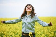Muchacha feliz en campo de flor Imágenes de archivo libres de regalías