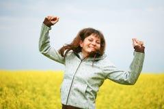 Muchacha feliz en campo de flor Fotografía de archivo libre de regalías