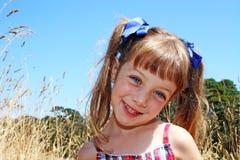 Muchacha feliz en campo de maíz Imagen de archivo