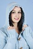 Muchacha feliz en capo motor azul de las lanas Imagen de archivo libre de regalías
