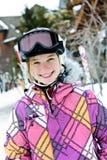Muchacha feliz en casco del esquí en el centro turístico del invierno Fotografía de archivo