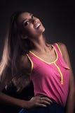 Muchacha feliz en color de rosa fotos de archivo