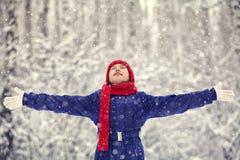 Muchacha feliz en el invierno con nieve Foto de archivo libre de regalías