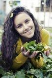 Muchacha feliz en el jardín en otoño Imagen de archivo libre de regalías