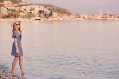 Muchacha feliz en el mar Fotografía de archivo libre de regalías