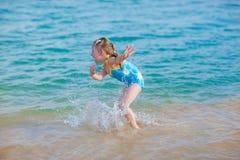 Muchacha feliz en el mar. Diversión con gotas del agua Imagen de archivo