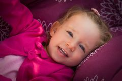 Muchacha feliz en el oscilación de la yarda fotos de archivo libres de regalías