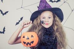 Muchacha feliz en el partido de Halloween Foto de archivo